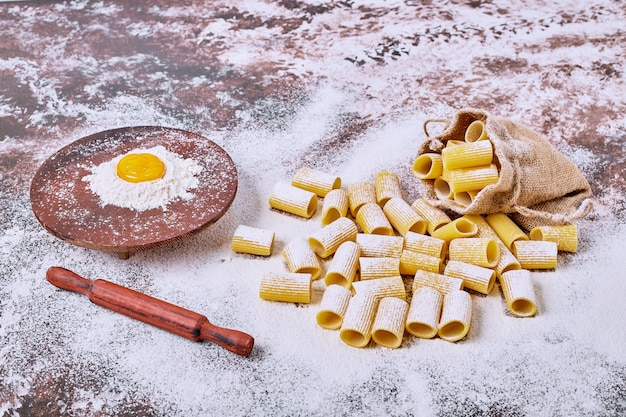 Ruwe kortgesneden pasta in een zak.