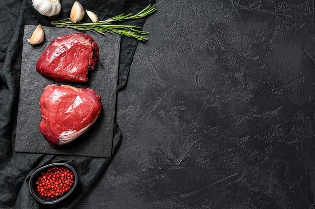 Ruwe lapjes vleesfilet mignon die op het koken wordt voorbereid. ossenhaas.