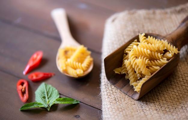 Ruwe macaroni op houten