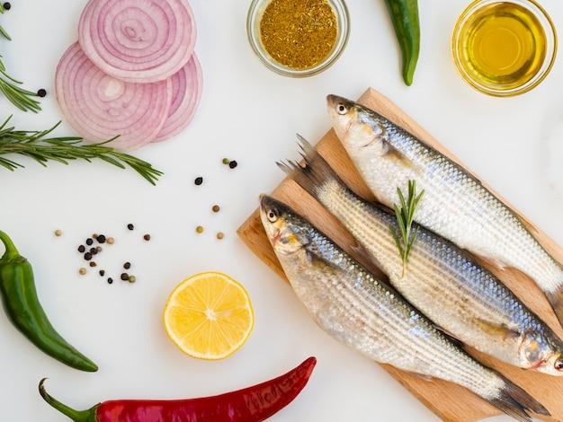 Ruwe makrelen op een houten bord