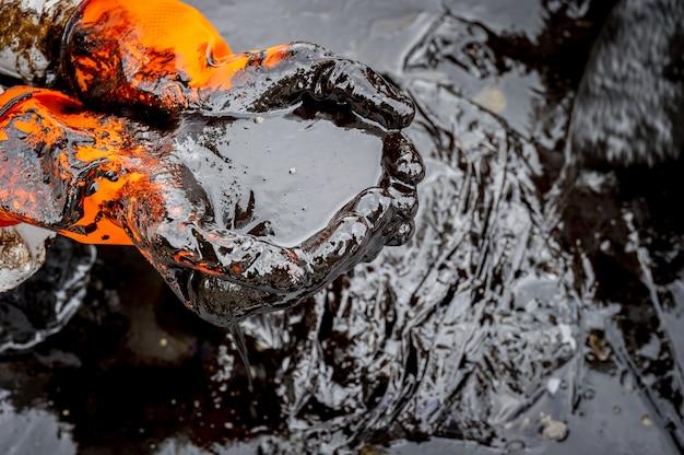 Ruwe olie langs het strand van ao phrao na een nabijgelegen olieramp in de golf van thailand.