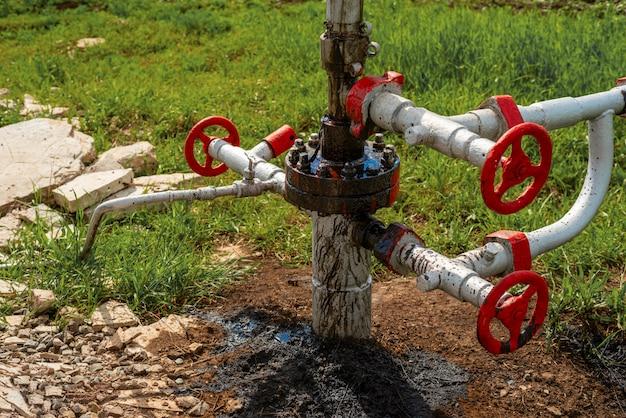 Ruwe olie lekt in een oliebron