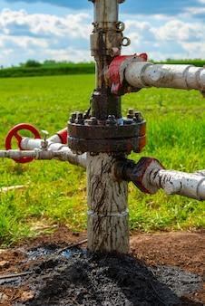 Ruwe olie lekt in het pompstation voor olie en aardgas. bodemverontreiniging, ecologie, milieuschade