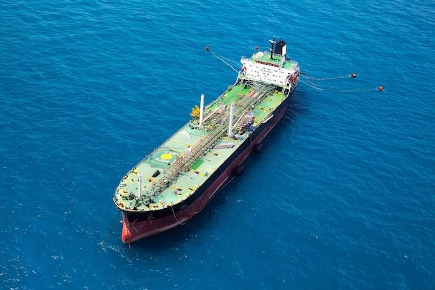 Ruwe olietanker en lpg die in haven op zee mening laden