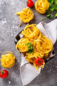 Ruwe pasta tagliatelle of fettuccine