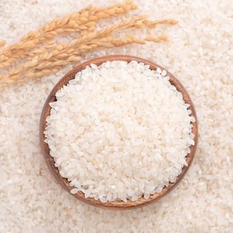 Ruwe rijst in een kom, bovenaanzicht, close-up