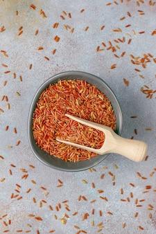 Ruwe rode rijst in een kom