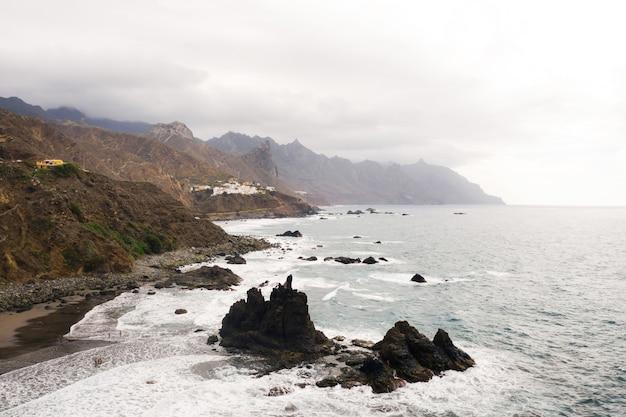 Ruwe rotswanden in het noorden van tenerife