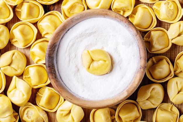 Ruwe traditionele italliaanse ravioli