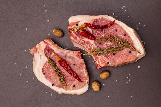 Ruwe varkensvleeslapjes vlees op grijze lijst