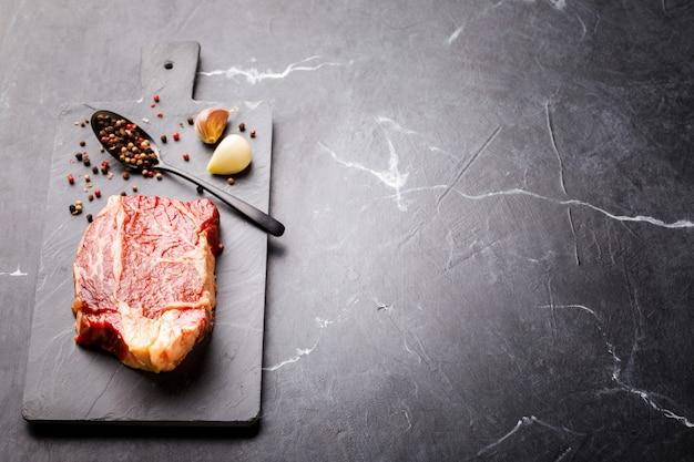 Ruwe vers vlees rundvlees steak. feest eten.