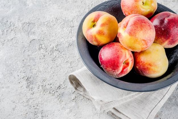 Ruwe verse perziken in kom