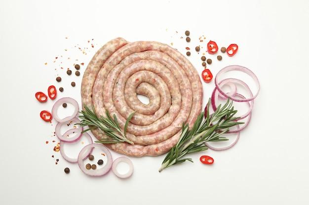 Ruwe worst, kruiden en specerijen op witte lijst