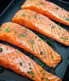 Ruwe zalm die voorbereidingen treffen om te worden gekookt