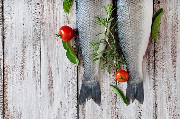 Ruwe zeebaars twee met kruiden