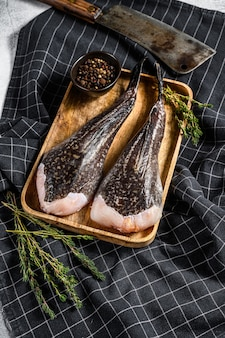 Ruwe zeeduivel op een houten dienblad met een hakmes