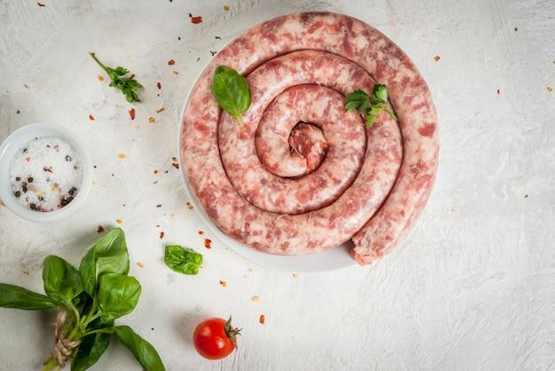 Ruwe zelfgemaakte worst van rundvlees en varkensvlees