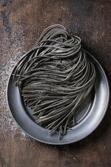 Ruwe zwarte spaghettideegwaren