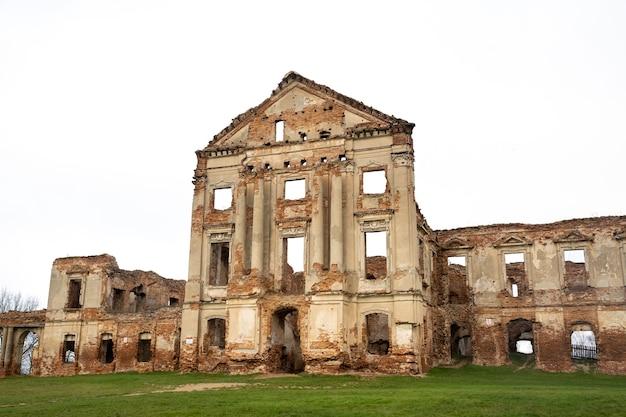 Ruzhansky palace en de ruïnes van de gevel van een verlaten geruïneerd gebouw van een oud kasteel uit de 18e eeuw wit-rusland
