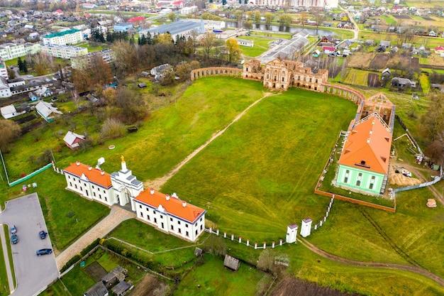 Ruzhansky palace en de ruïnes van de gevel van een verlaten verwoeste gebouw van een oud kasteel uit de 18e eeuw. wit-rusland.
