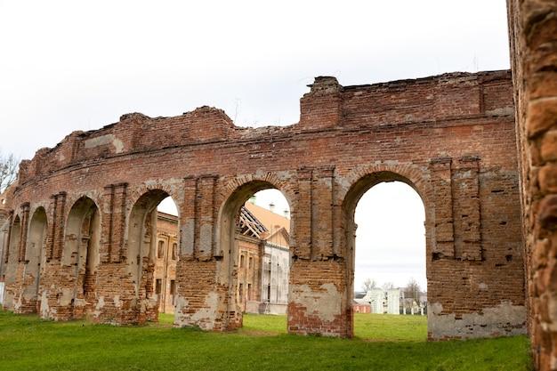Ruzhansky palace en de ruïnes van de gevel van een verlaten verwoeste gebouw van een oud kasteel uit de 18e eeuw.