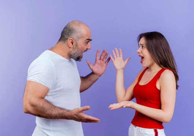 Ruzie tussen volwassen paar zowel boos als spreidende handen en kijken naar elkaar