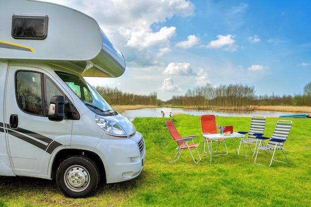 Rv (camper) en stoelen op de camping
