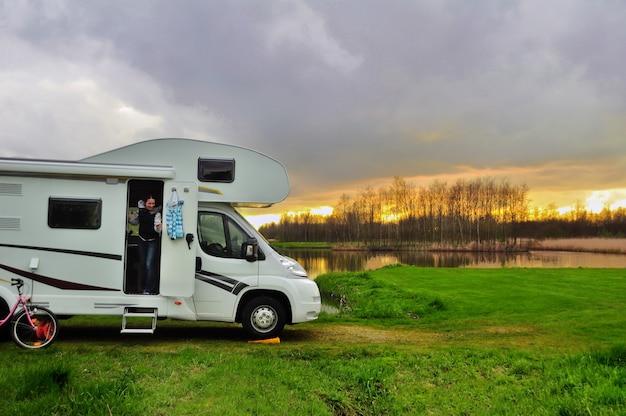Rv camper en vrouw op de camping op zonsondergang familie vakantie reizen vakantie reis in camper