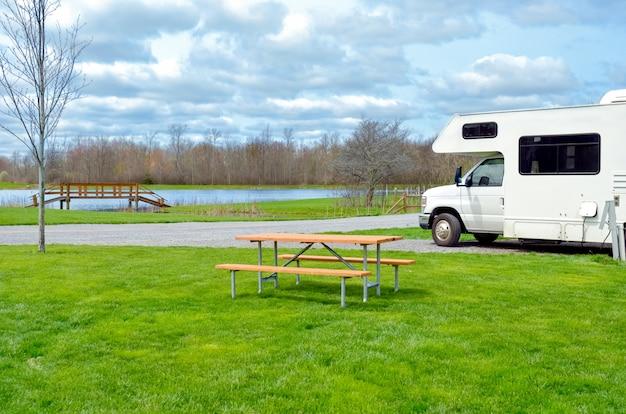 Rv camper op camping, vakantie met het gezin, vakantiereis met caravan