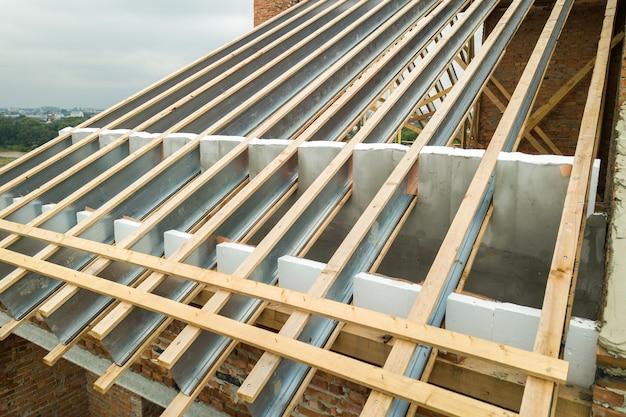 Rvs dakconstructie voor toekomstig dak in aanbouw. ontwikkeling van metalen dakframe op het dak van het huis.