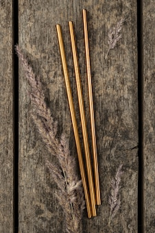 Rvs metalen gouden rietjes op houten achtergrond