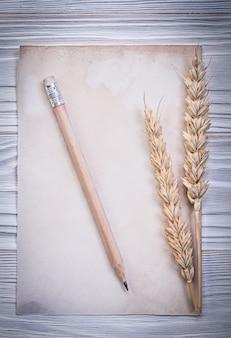 Rye oren vintage papier blad potlood op een houten bord