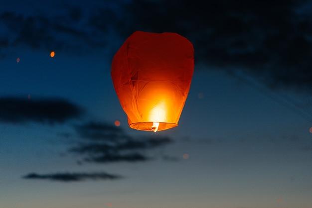 's avonds, bij zonsondergang, lanceren mensen met hun familieleden en vrienden traditionele lantaarns.