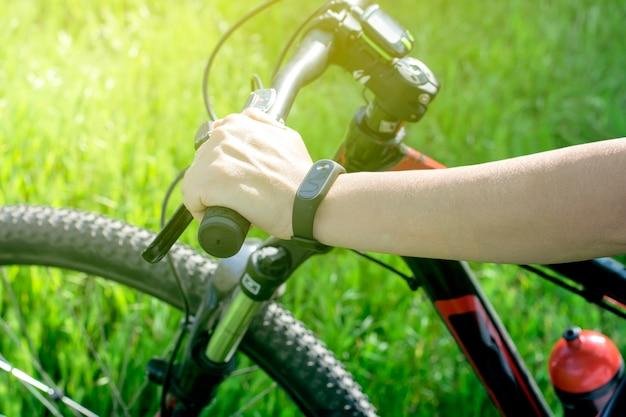 's avonds fietsen met een fitnessarmband. de gezondheidstoestand volgen.
