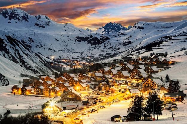 's avonds landschap en ski-oord in de franse alpen, saint jean d'arves, frankrijk