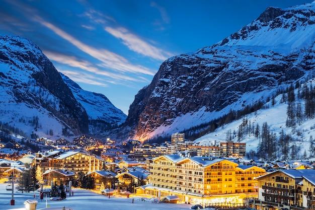 's avonds landschap en skitoevlucht in franse alpen, val d'isere, frankrijk