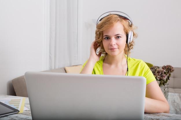 's avonds naar muziek luisteren op een laptopcomputer
