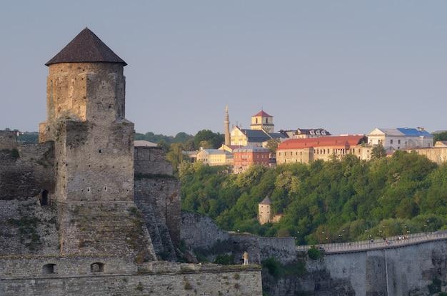 's avonds stadsgezicht met stenen toren van het oude fort in kamianets podilskyi oekraïne