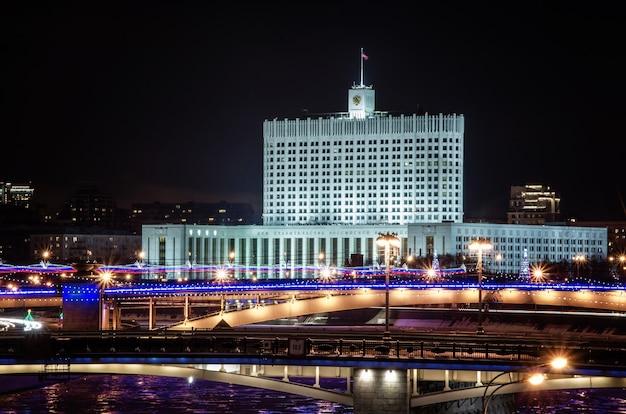 's avonds uitzicht op de moskou rivier krasnopresnenskaya dijk.