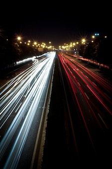 S nachts het verkeer op de snelweg
