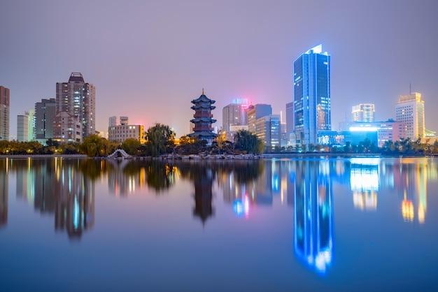 's nachts is de skyline van de stad in taiyuan, de provincie shanxi, china