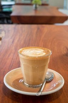 's ochtends hete koffie latte in het resortcafé