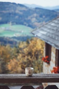 's ochtends koffie en bergen op de achtergrond. oostenrijkse bergen.