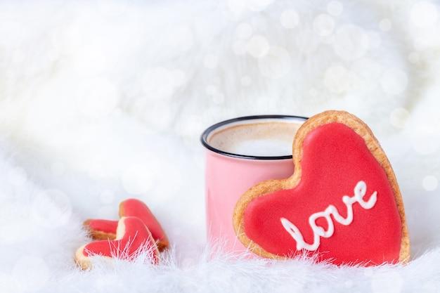 's ochtends koffie in bed met hartvormige koekjes voor valentijnsdag