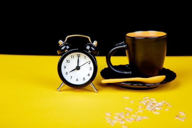's ochtends koffie, muesli-ontbijt, wekker
