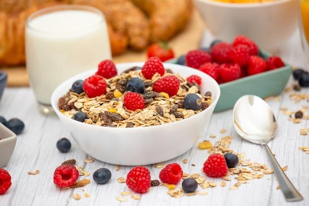 's ochtends ontbijt met botercroissants en cornflakes, volle granen en rozijnen.