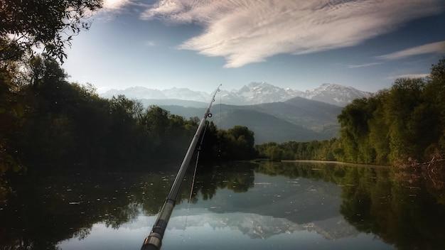 's ochtends vissen op het meer