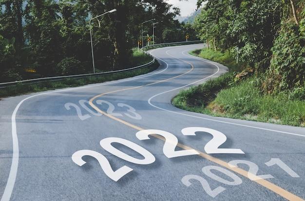 S-vorm weg in concept van 2021 tot 2022 nieuwjaar, zakelijke levensdoelen voor een succesvolle transporthouding, pad door het natuurlijke herfstbosconcept