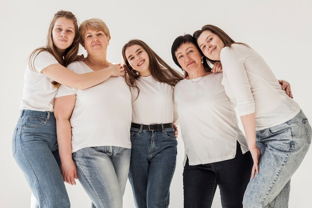 Saamhorigheid groep vrouwen knuffelen elkaar
