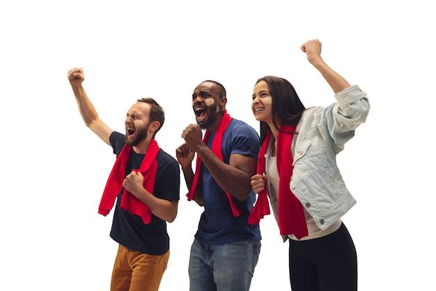 Saamhorigheid. multi-etnisch voetbalfans juichen voor favoriete team met heldere emoties geïsoleerd op een witte achtergrond. Gratis Foto